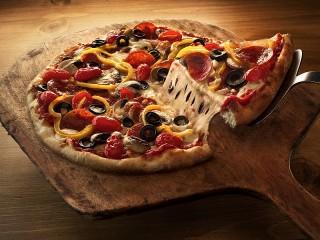 Собирать пазл Delicious pizza онлайн