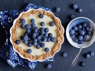 Собирать пазл Cheesecake with blueberries онлайн