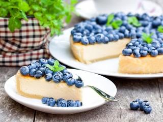 Собирать пазл Cheesecake with berries онлайн