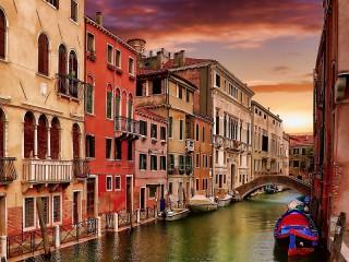 Собирать пазл Houses along a canal онлайн