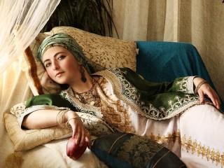 Собирать пазл Girl with apple онлайн