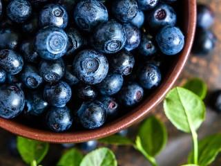 Собирать пазл Blueberries in a bowl онлайн