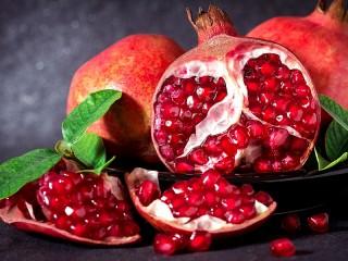 Собирать пазл Pomegranates with leaves онлайн