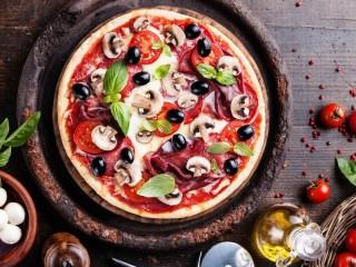 Собирать пазл Pizza with basil онлайн