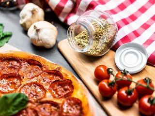 Собирать пазл Pizza with salami онлайн