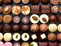 Собирать пазл The variety of chocolates онлайн