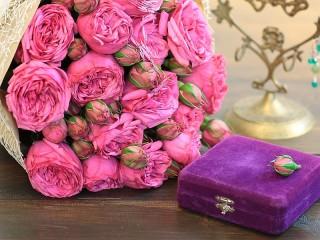 Собирать пазл Roses and box онлайн