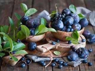 Собирать пазл Plums and blueberries онлайн