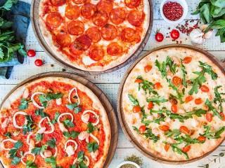 Собирать пазл Three pizzas онлайн