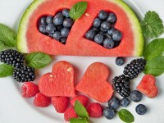 Собирать пазл The berries on the plate онлайн