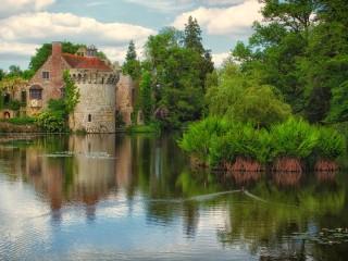 Собирать пазл Castle at the pond онлайн