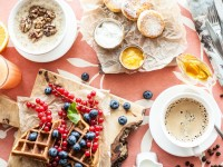 Собирать пазл Breakfast with waffles онлайн